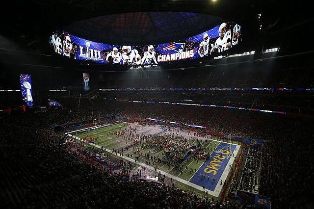 Los jugadores de los New England Patriots celebran en el campo luego de vencer a los Los Angeles Rams en el Super Bowl LIII, en el Mercedes-Benz Stadium en Atlanta