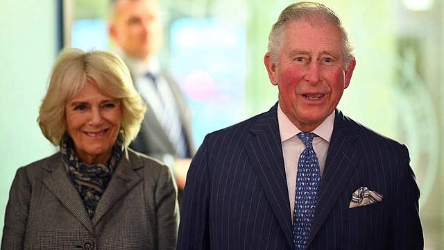 CELEBRIDAD. El hombre indicó que imágenes de su adolescencia reflejan claras evidencias que es el hijo ilegítimo del príncipe Carlos y Camila, con quien se casó en 2005, pues destacan similitudes entre la pareja real y sus medios hermanos.