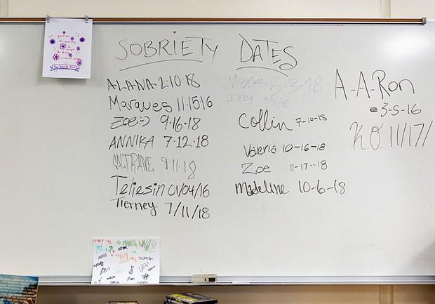 La lista de los primeros días de sobriedad se exhibe en una pizarra.