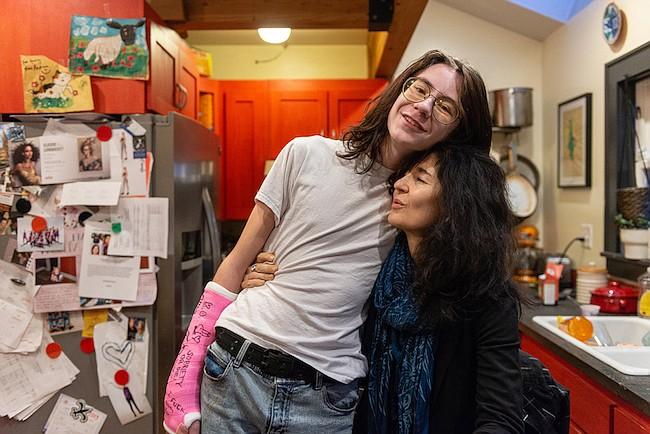 Coltrane Fisher y su madre, Lisa Luengo, el 14 de diciembre de 2018. Luengo, profesora de francés en un colegio comunitario, envió primero a su hijo a un programa de rehabilitación en Utah antes de inscribirlo en Interagency at Queen Anne.