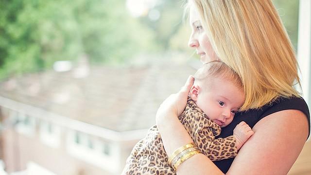 Lisa Abramson sostiene a su hija recién nacida, Lucy, en 2014. Abramson comenzó a sentirse confundida y a tener alucinaciones, ambos síntomas de la psicosis post parto.