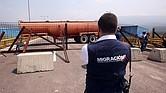 FRONTERA. Funcionarios de Migración Colombia observan el bloqueo del puente Tienditas este miércoles, sector Boconó, en Cúcuta