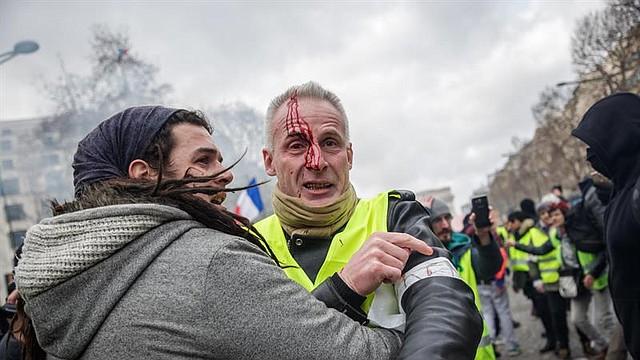 """ACCIDENTE. Según el testigo, de 21 años, la víctima es un fotógrafo de los """"chalecos amarillos"""" que estaba tomando fotos de la gente empujando las vallas que protegían la entrada del parlamento."""
