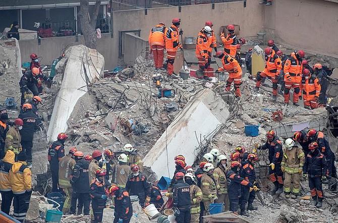 MUNDO. Miembros de los Servicios de rescate trabajan este viernes entre los escombros del edificio de ocho plantas que se derrumbó el barrio de Kartal, Estambul