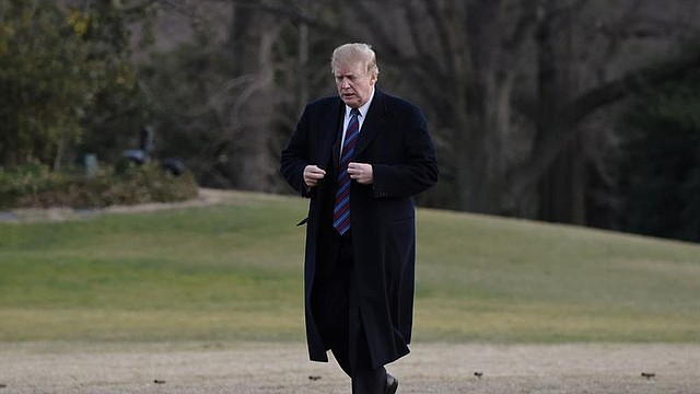POLÍTICA. El Presidente de los Estados Unidos, Donald Trump, camina por el jardín sur de la Casa Blanca después de llegar en el Marine One en Washington, DC