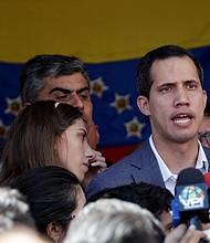 VENEZUELA. Juan Guaidó (d), presidente encargado de Venezuela, habla ante los medios en compañía de su esposa Fabiana Rosales (i), luego de asistir a una misa el domingo 10 de febrero
