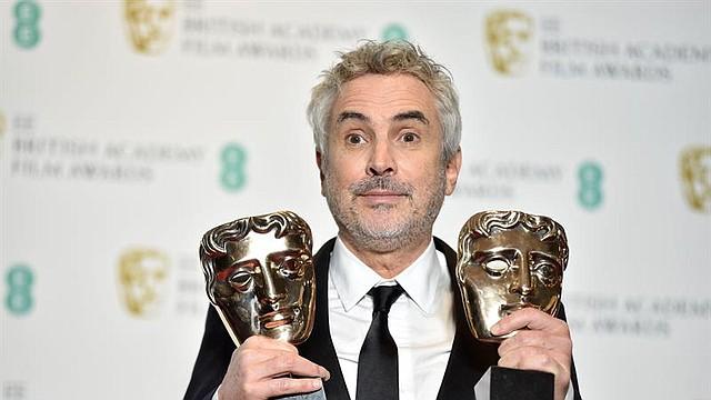 """SHOW. El director mexicano Alfonso Cuarón posa con sus premios a la Mejor Película y al Mejor Director por """"Roma"""" en la sala de prensa durante la 72ª edición anual de los Premios de la Academia Británica de Cine en el Royal Albert Hall de Londres"""