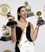 SHOW. La cantante británica Dua Lipa posa en la sala de prensa con el Grammy al Mejor Artista Revelación y Mejor Grabacion de Baile durante la ceremonia anual de entrega de los Premios Grammy en el Staples Center de Los Angeles, California