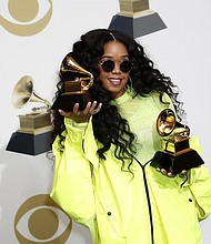 SHOW. La cantante estadounidense H.E.R. posa en la sala de prensa con el Grammy para: Mejor Álbum de R&B y Mejor Interpretación de R&B durante la 61ª ceremonia anual de entrega de premios Grammy en el Staples Center de Los Angeles, California