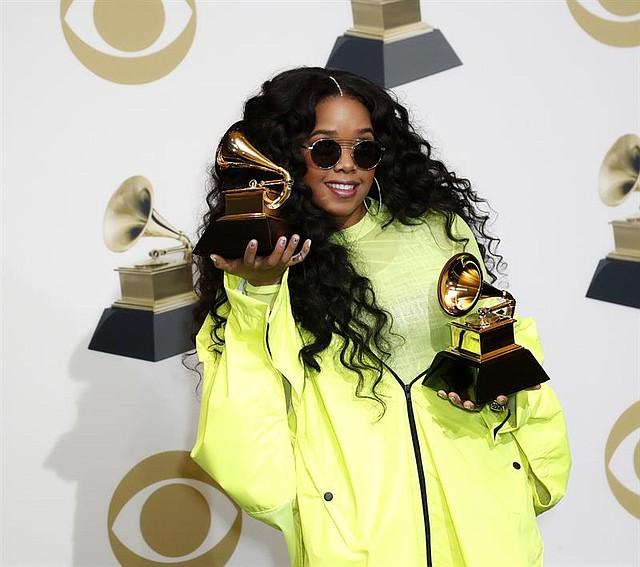 SHOW. La cantante estadounidense H.E.R. posa en la sala de prensa con el Grammy para: Mejor Álbum de R&B y Mejor Interpretación de R&B durante la 61ª ceremonia anual de entrega de premios Grammy en el Staples Center de Los Angeles, California