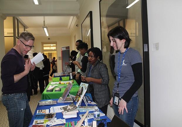 Educación. Maestros y padres de familia acudieron en busca de información sobre los programas que la ciudad ofrece en educación.