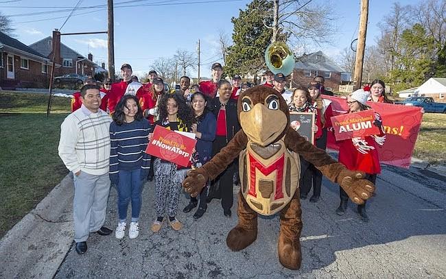 Anuncio. Rocío Mayorga junto con el grupo de estudiantes y la mascota Testudo de la Universidad de Maryland.
