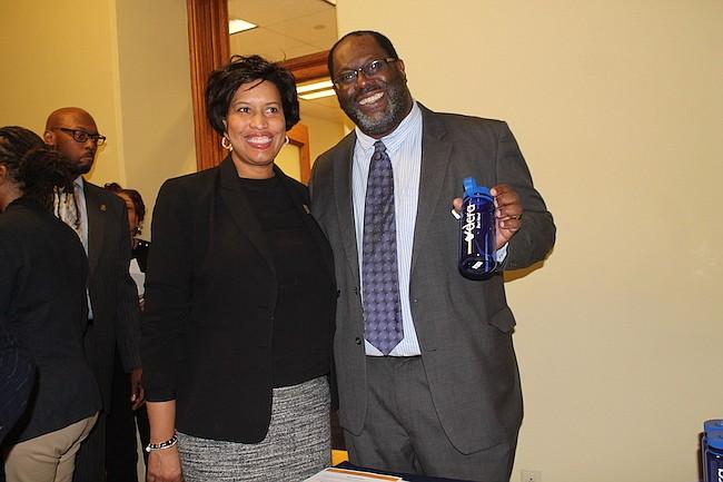 Alcaldesa. Muriel Bowser, en la casa abierta organizada por su Administración, junto a Antonio Diallo, promotor del departamento de Consumo y Regulación.