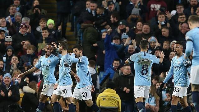 FÚTBOL. Raheem Sterling del Manchester City celebra el sexto gol de su equipo con sus compañeros durante el partido de fútbol de la primera división inglesa entre el Manchester City y el Chelsea