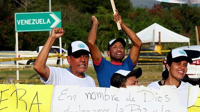 CRISIS. Ciudadanos venezolanos exigen que se permita el ingreso la ayuda humanitaria que se encuentra en el puente de Las Tienditas