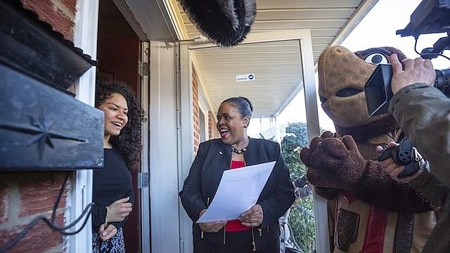 Noticia. Shannon Gundy (der.), directora de Admisiones, visitó a Rocío Mayorga para dejarle saber que había sido aceptada en la Universidad de Maryland.