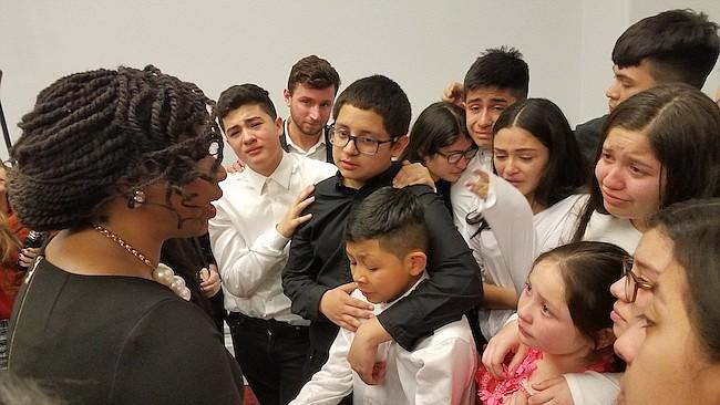 ÁNIMOS. La congresista de Massachusetts, Ayanna Pressley motivó a los niños a seguir luchando por el TPS.
