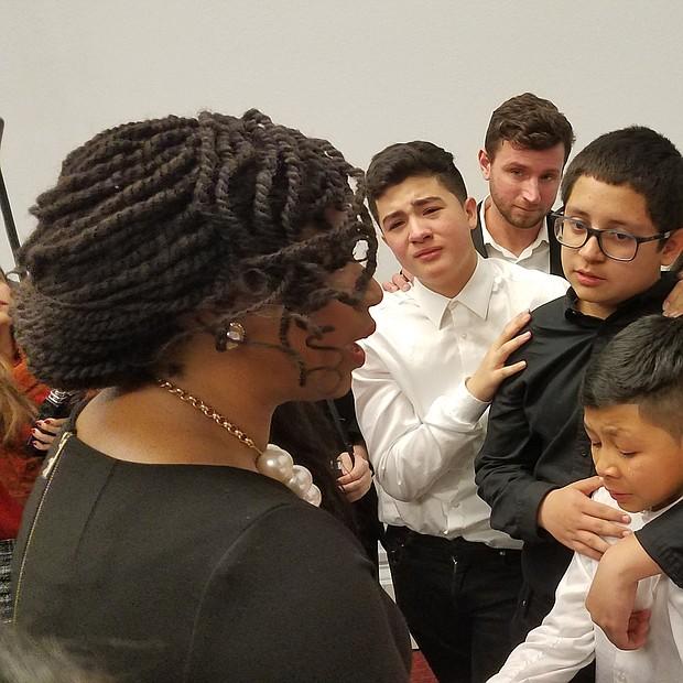 La congresista de Massachusetts, Ayanna Pressley motivó a los niños a seguir luchando por el TPS.
