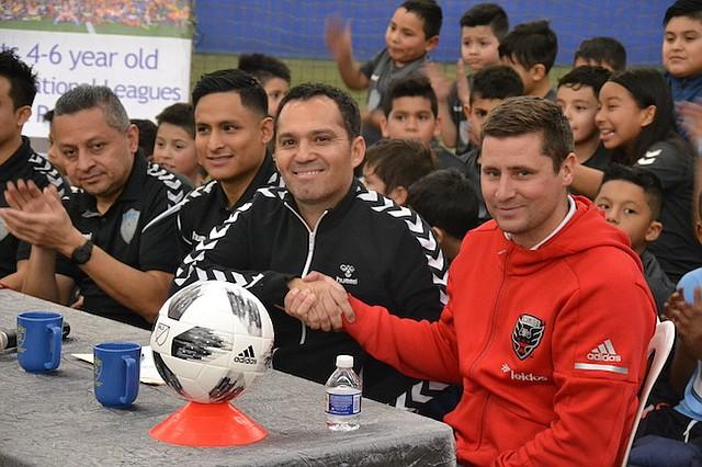 ACUERDO. El presidente de Total Fútbol Club, José Benítez (izq.) estrecha la mano del entrenador principal de Academias del D.C. United, Nate Kish.