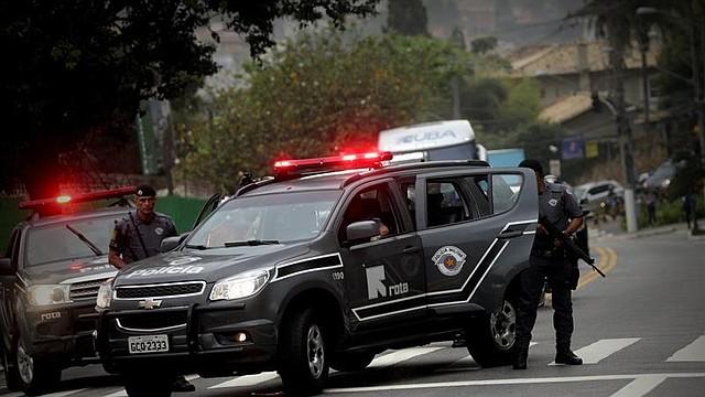 BRASIL. Vista del equipo de seguridad que escolta al presidente de Brasil, el ultraderechista Jair Bolsonaro, tras recibir el alta médica, este miércoles, en Sao Paulo