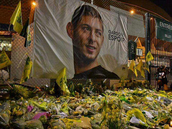 RECORDADO. Fanáticos del Nantes dejaron flores en los alrededores del estadio