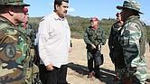 VENEZUELA. Fotografía cedida por prensa de Miraflores en la que se observa a Nicolás Maduro (C) mientras saluda este domingo a varios militares en el Fuerte Guaicaipuro, en Valles del Tuy