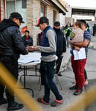 MIGRACIÓN. Foto de migrantes que esperan para salir del albergue temporal habilitado por las autoridades de Coahuila, el jueves, en Piedras Negras