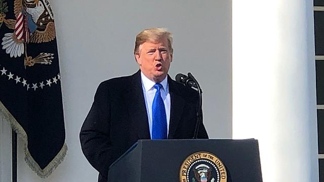 El presidente Donald Trump firmó este viernes una declaración de emergencia nacional que le permitirá liberalizar $8,000 millones para su prometido muro fronterizo, desatando una previsible y prolongada lucha en las cortes y el Congreso, sin resolver los problemas apremiantes del sistema migratorio.