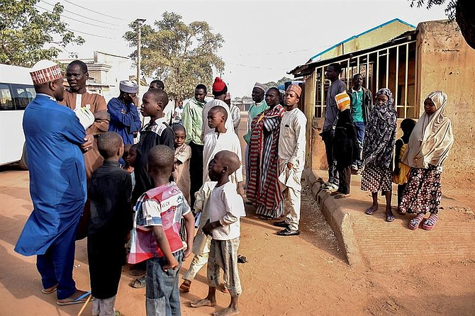 MUNDO. Nigerianos se reunieron frente a un colegio electoral en Daura, Katsina, Nigeria, el 16 de febrero de 2019