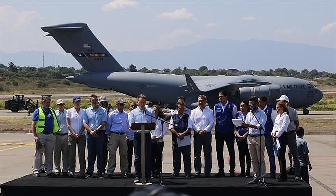 CRISIS. El administrador de la Agencia de los Estados Unidos para el Desarrollo Internacional (USAID), Mark Green (c), habla a la llegada del primero de tres aviones de carga C-17 de la Fuerza Aérea de Estados Unidos, este sábado en el aeropuerto Camilo Daza de Cúcuta