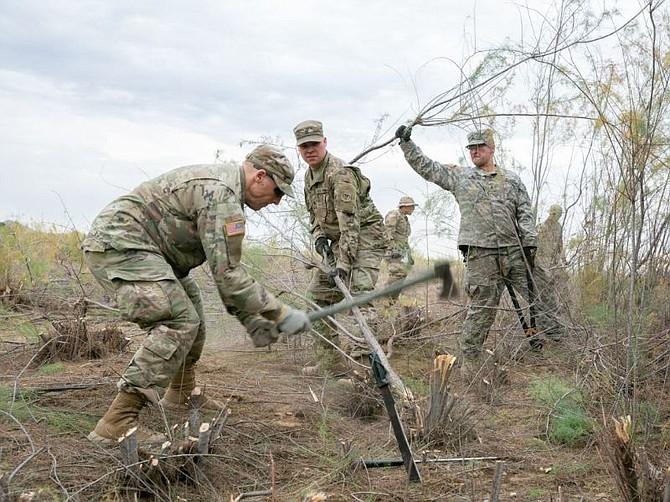 EE.UU. Guardias Nacionales limpian maleza cerca del Río Colorado en las afueras de Yuma, Arizona