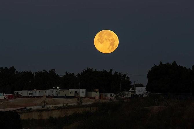 """MUNDO. Vista general de la Súper """"Luna de nieve"""", en la madrugada de este martes, desde la ciudad de Guadalajara, en el estado de Jalisco donde también se vio"""
