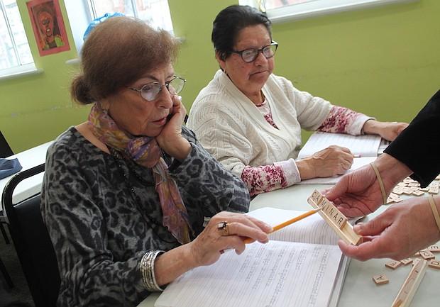 RECORDATORIO. Josefina Campos (iz) y Teresa Briceño (der) son estudiantes que se están esforzando en recordar el español que lo aprendieron en la escuela, ellas son alumnas del tercer nivel.