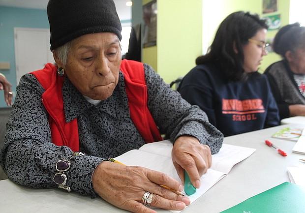 APRENDIENDO. Otilia Mendoza llegó a Estados Unidos hace 33 años, en Perú, su país natal, no terminó el tercer grado, ahora es alumna del primer nivel, para quien no saber escribir ha sido la vergüenza de su vida.