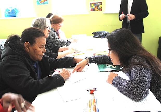 SÍLABAS. Sofía Hernández, estudiante colombiana de George Washington University, se entrega a tarea de enseñarles a las estudiantes de la tercera edad.