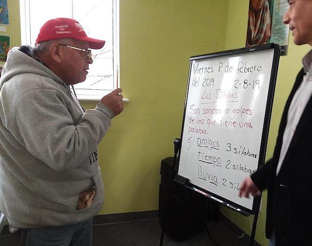 PALABRAS. Carlos Castro Zafra estudió hasta el quinto año de escuela en Perú y ahora se esfuerza por separar a las palabras en sílabas.