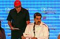 El presidente de Venezuela, Nicolás Maduro (d), acompañado de su ministro de Comunicación, Jorge Rodríguez (i)