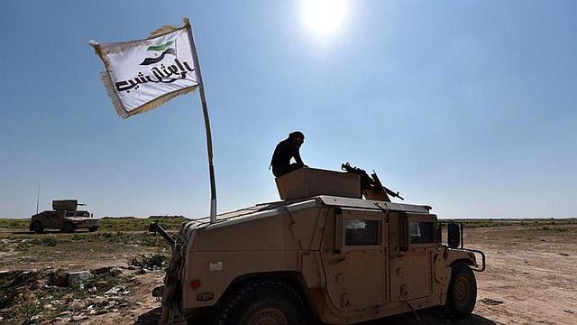 MUNDO.  Los combatientes de las Fuerzas Democráticas Sirias (SDF), respaldados por Estados Unidos, observan camiones cargados con personas desplazadas cerca de la ciudad de Baghouz, en la provincia norteña de Deir Ezzor, en el este de Siria
