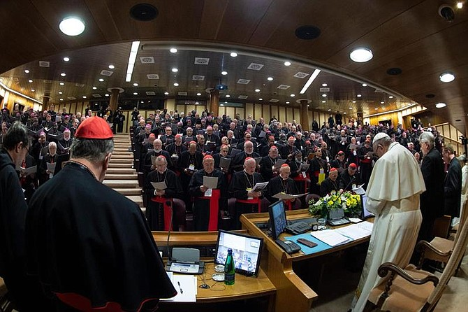 IGLESIA. Fotografía tomada con ojo de pez y cedida este jueves por el Vaticano, que muestra al papa Francisco (3-d) durante la inauguración de la reunión para la protección de menores en el Vaticano