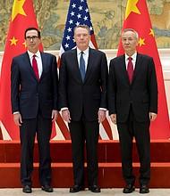 PODER. Primer ministro chino, Liu He (d); el secretario estadounidense del Tesoro, Steven Mnuchin (i), y el representante de Comercio Exterior estadounidense, Robert Lighthizer (c)
