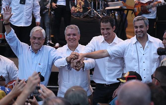 """RESISTENCIA. El presidente de Chile, Sebastián Piñera también ofreció declaraciones y dijo que, en los momentos estelares, como este, para Venezuela, se prueba el temple de la población. """"Mañana hay dos opciones, o se opta por la libertad o se apoya la dictadura"""", dijo."""