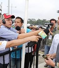 CÚCUTA. Richard Branson en el puente Tienditas, del lado colombiano, en declaraciones a la prensa