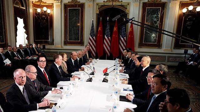 NEGOCIACIÓN. El representante de Comercio de EEUU, Robert Lighthizer (4-i), el secretario del Tesoro estadounidense Steven Mnuchin (3-i) y el viceprimer ministro chino Liu He (5-d) se reúnen en el Edificio Eisenhower el jueves 21 de febrero, en Washington