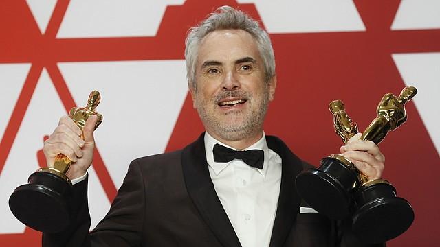 El director Alfonso Cuarón con sus tres Premios Oscar obtenidos por Roma, incluyendo el galardón a Mejor Director. - FOTO: EFE/EPA/ETIENNE LAURENT