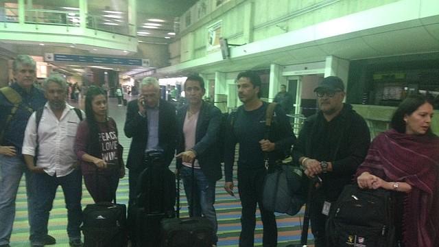 MAIQUETÍA. Jorge Ramos y sus periodistas esperan en el aeropuerto en el área de migración