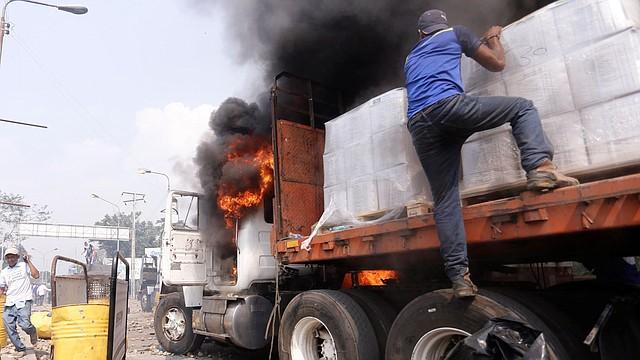 REPRESIÓN. Cuerpos de seguridad se instalaron en la frontera, donde incendiaron un camión con insumos.