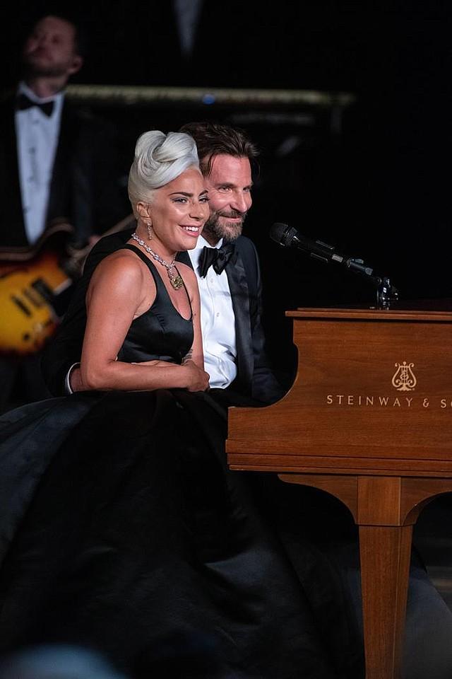 SHOW. Lady Gaga (izq) y Bradley Cooper (dcha) actúan durante la 91º ceremonia de entrega de los premios Óscar celebrada el domingo, día 24, en el Dolby Theatre en Hollywood, California