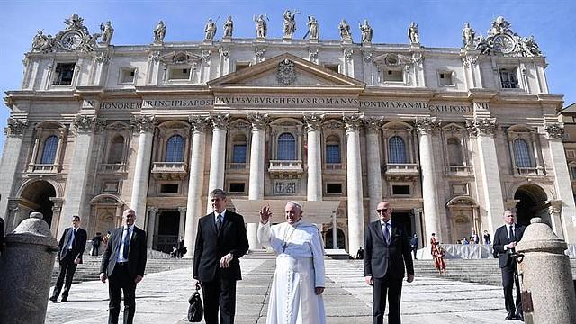 MUNDO.  El papa Francisco se despide tras presidir la audiencia general este miércoles en la plaza de San Pedro del Vaticano