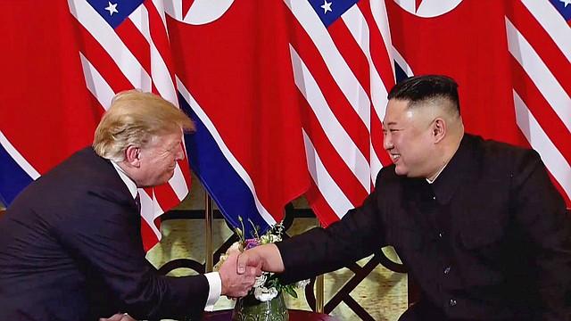 HANÓI. Captura de vídeo en la que aparecen el presidente de EE.UU., Donald Trump (i), y el líder norcoreano, Kim Jong-un, durante su segunda cumbre