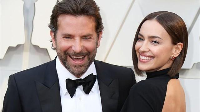 SHOW. El actor Bradley Cooper y su pareja, la modelo Irina Shayk, posan a su llegada a la alfombra roja de los Premios Óscar